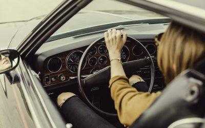 Adiós al mito: las mujeres conducen mejor que los hombres. Y 7 de cada 10 suspenderían el carnet